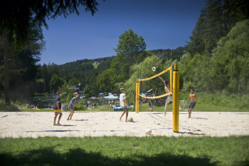 Es gibt einen Beach Volleyball Platz.