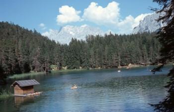 Die Bergkulisse am Mittersee macht ihn zu einem idyllischen Ort.