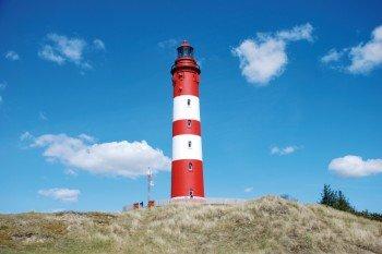 Der rot-weiß gestreifte Leuchtturm ist das Wahrzeichen von Amrum