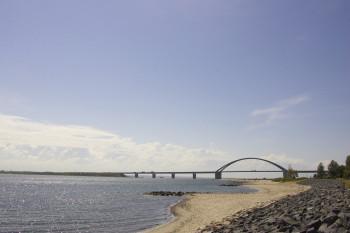 Die Fehmarnsundbrücke verbindet Fehmarn mit dem deutschen Festland.