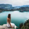Je nach Wetterlage schimmert das glasklare Wasser des Bleder Sees in kräftig blauer bis hin zu smaragdgrüner Farbe.
