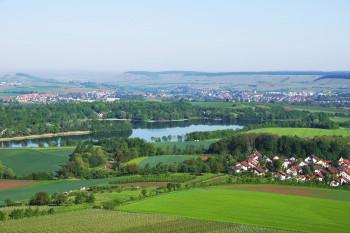 Von Bäumen und Weinbergen umgeben ist der Breitenauer See im Landschaftsschutzgebiet Oberes Sulmtal.
