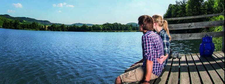 Wanderer können den See auf dem 4,3km langen Uferweg umrunden und danach eine Pause am See legen.