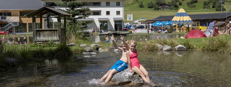 Groß und Klein haben großen Spaß im Badesee.
