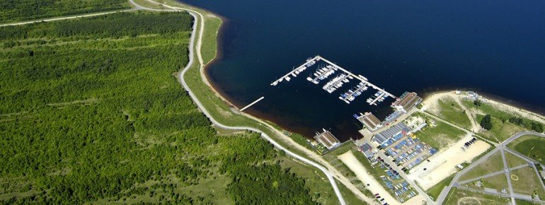 Die Vogelperspektive zeigt den Cospudener See und die Bootsanlegestelle am Südufer
