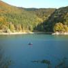 Genieße die Idylle bei einer Fahrt mit dem Boot über den See.