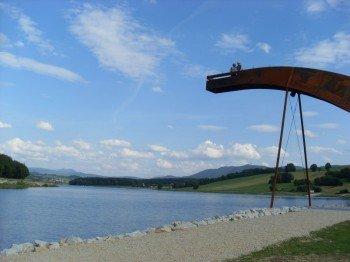 Von der Skulptur Mythos Drache hat man einen tollen Blick über den See.