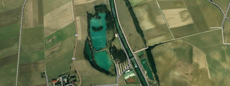 Das Strandbad des Ebersdorfer Sees, ebenso wie das Restaurant Haus am See und die Cocktailbar See Side befinden sich am Ostufer. Am Westufer gibt es einen eigenen Bereich für Hunde.