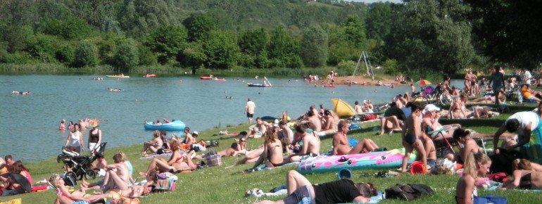 Der Erlabrunner Badesee in der Nähe von Würzburg bietet nicht nur sattgrüne Liegewiesen sondern auch einen seichten Einstieg