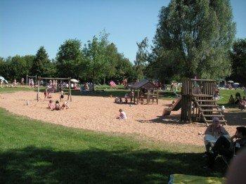 Der Spielplatz am Erlabrunner Badesee ist hervorragend ausgestattet und genauso wie der Beachvolleyballplatz mit feinem Sand angelegt