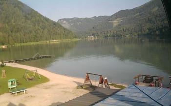 Dieses Bild stammt aus der Webcam, die direkt auf den Erlaufsee blickt. Zu sehen sind ein Steg und Teile des Kinderspielplatzes am Ostufers des Bergsees.