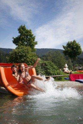 Die installierte Wasserrutsche verspricht vor allem bei kleineren Gästen großen Spaß