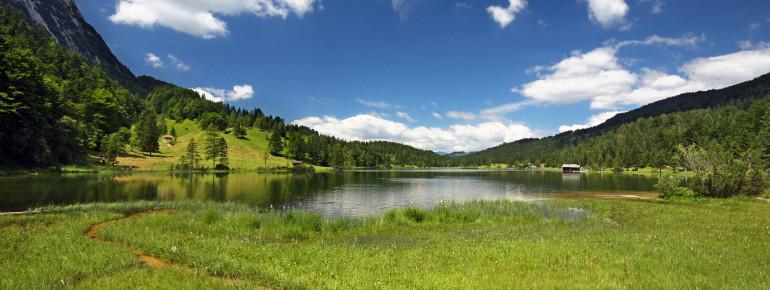 Der Ferchensee überzeugt mit seiner herrlichen Gebirgslandschaft.