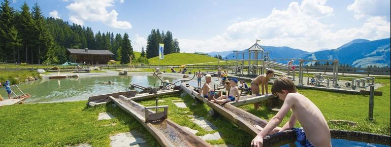Besonders bei heißen Temperaturen lieben Kinder den großen Wasserspielplatz.