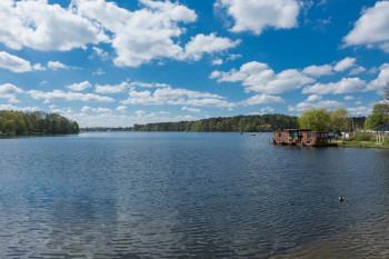 Den Flakensee kannst du mit deinem eigenen oder einem geliehenen Boot überqueren.