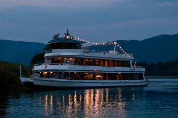 Im Juli und August kannst du während einer abendlichen Bootsfahrt den See erkunden.
