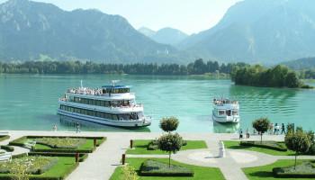 Auf dem Forggensee werden Schiffsrundfahrten mit der MS Füssen und der MS Allgäu angeboten. Eine Anlegestelle ist das Festspielhaus Füssen.
