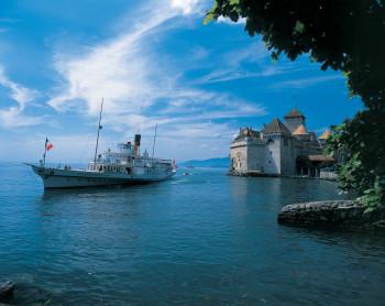Das Dampfschiff Rhone fährt zum Château de Chillon.