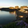 Dank ihrer schönen Sonnenungergänge ist die Bucht beliebter Ort für Grill- und Strandpartys.