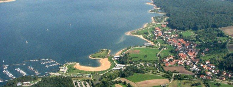 Luftaufnahme auf den Großen Brombachsee mit Blick auf den Badestrand und den Yachthafen