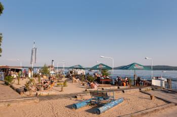 Am Strandbad Friedrichshagen kannst du an der Beachbar entspannen.