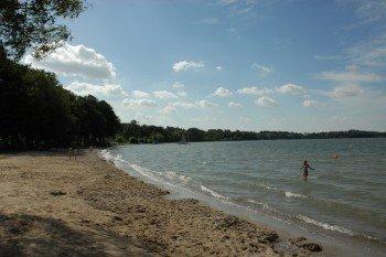 Rund um den See findest du viele Badestellen, an denen du ohne Probleme in das kühle Nass springen kannst