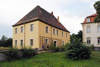 Direkt am See liegt auch das Schillerhaus in Kahnsdorf.