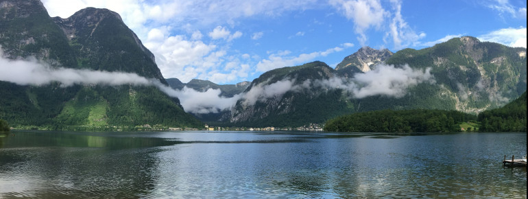Idyllisch eingebettet zwischen hohen Bergen liegt der Hallstätter See. Diese Aussicht genießt du von Obertraun aus.