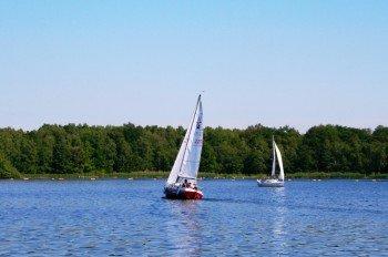Falls du dein eigenes Segelboot mitbringst, musst du das zuerst im Bürgerbüro anmelden. Um eine Überfüllung zu vermeiden ist die Anzahl der Boote auf dem See begrenzt.