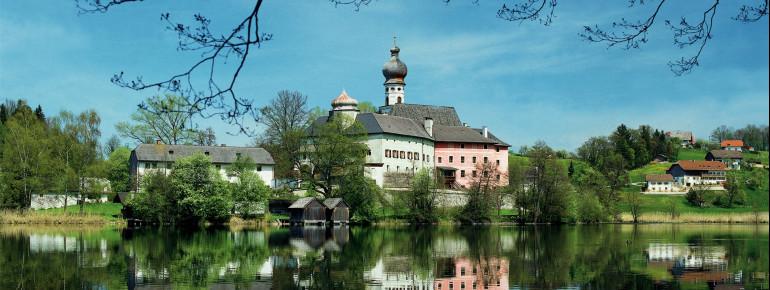 Das ehemalige Kloster Höglwörth mit seiner Rokokokirche auf einer Halbinsel im Höglwörther See ist eines der schönsten Ensembles im östlichen Oberbayern.