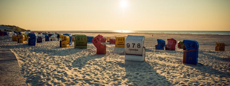 Sonnenuntergang in einem der bunten Strandkörbe - was willst du mehr?