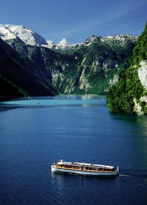 Wie ein Fjord liegt der Königssee zwischen den steilen Felsen der Berchtesgadener Alpen.