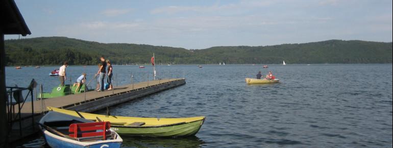 Am Laacher See kannst du dir auch ein Boot mieten und auf dem Wasser herumschippern.