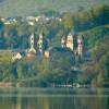Direkt am See liegt die Benediktinerabtei Maria Laach.