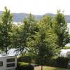 Der Campingplatz befindet sich direkt am Laacher See. Dort ist auch die einzige ausgewiesene Badefläche mit Liegewiese.