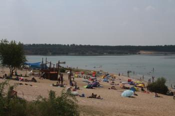 Der Blick auf den Sandstrand am Strandbad Langener Waldsee