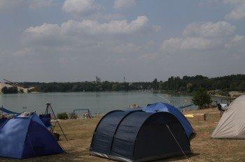 Vom Zeltplatz sind es nur wenige Meter zum Waldsee