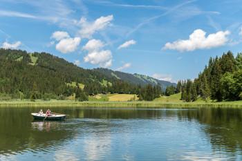 Am See können Boote ausgeliehen werden.
