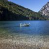 Auf dem Boot kannst du die Idylle am Leopoldsteiner See genießen.