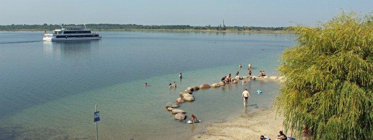 Ein herrlicher Sandstrand erwartet dich am Ost-Ufer des Markkleeberger Sees südlich von Leipzig