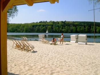 Feiner Sandstrand am Strandbad Wamel am Möhnesee.