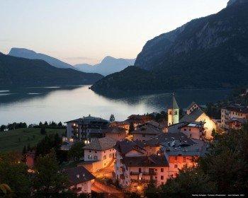 Der See und das Dorf Molveno im Abendlicht.