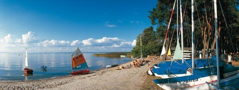 Strand und Segelboote am Ufer der Müritz