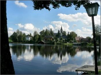 Die Alte Kirche am Rande des Nageler Sees ist das Wahrzeichen des Dorfes.