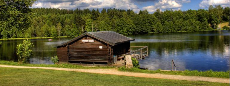 Die Wasserwachtshütte am Nageler See.