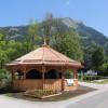 Solltest Du das Holzhaus sehen, ist der Eingang zum Wasserpark Russbach nicht mehr weit