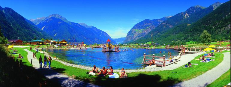 Genieße die herrliche Aussicht vom Naturbadesee Umhausen.
