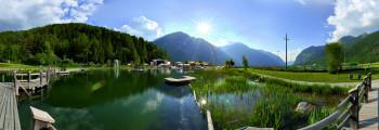 Das Wasser des besonders reizvoll angelegten Sees erwärmt sich im Sommer auf angenehme 24 Grad.