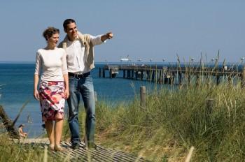 Bei einem Spaziergang am Strand kannst du die Ostseeluft genießen.