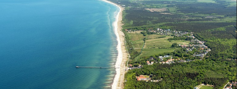 Hier siehst du eine Luftaufnahme vom idyllisch gelegenen Graal-Müritz.